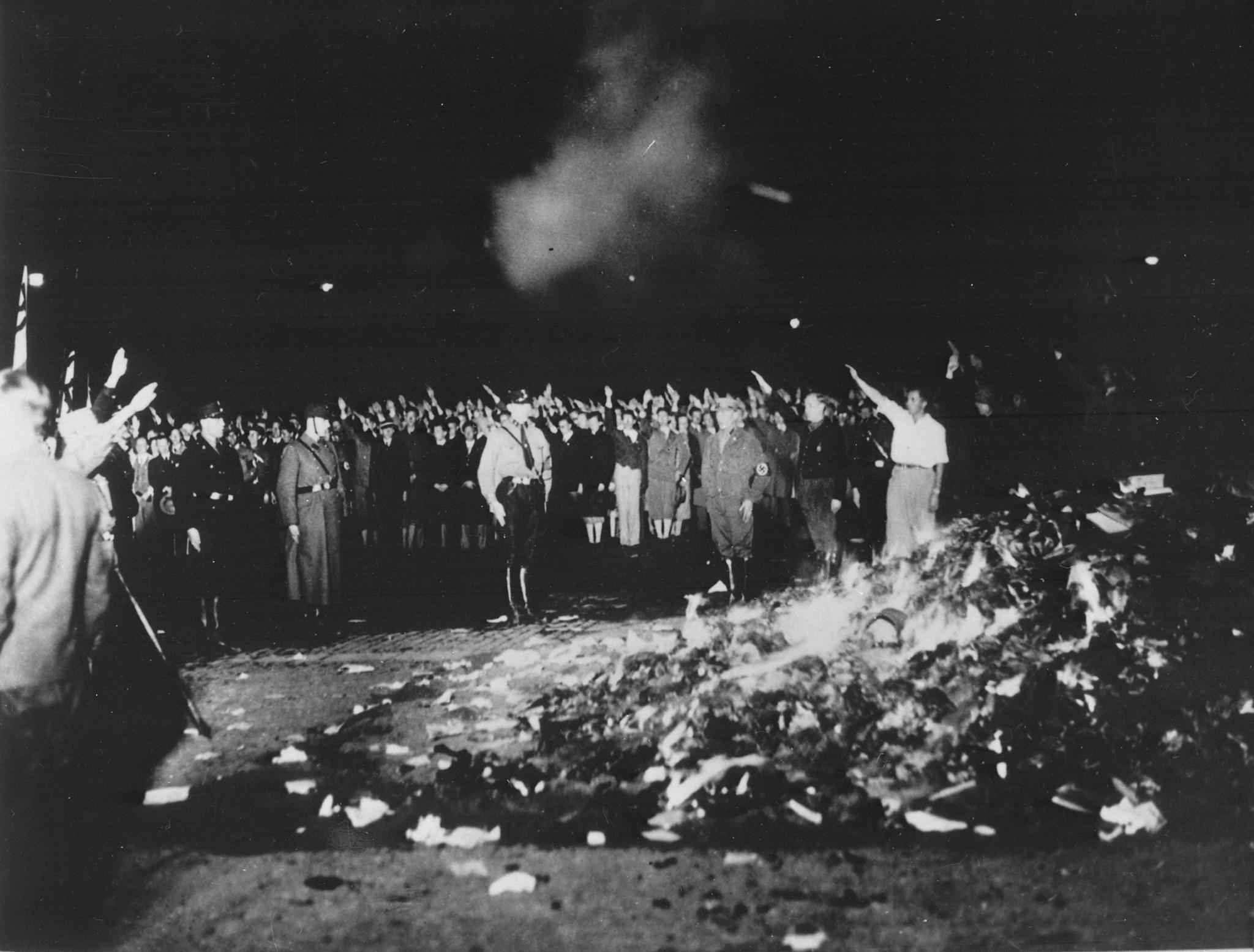Könyvdarálás és önégetés